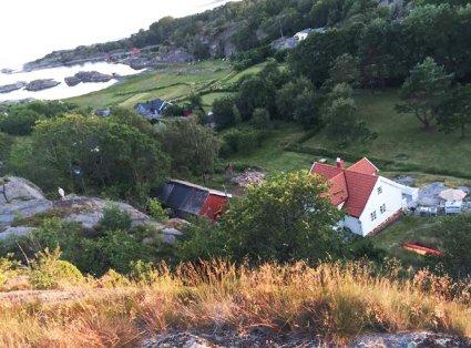 Her synes både låve og hovedbygg på eiendommen i Barkevikveien.