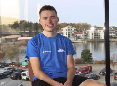 NÆRMER SEG DET HELT STORE: 19-åringen Dennis Gråsvold fra Hovenga har signert kontrakt med kontinentallaget Team Coop. Han nærmer seg sitt store mål, som er å komme ut og sykle for et av de store profflagene.