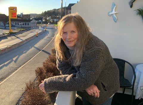 Erna Gunklev har bodd i kommunal leilighet på Grønlands plass siden 2018. Hun forteller at hun har fått nok av drona som begynte å dukke opp utenfor blokkleiligheten før sommeren.
