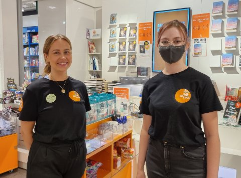 SYND: Amanda Marie Torkildsen (t.v.) og Johanne Moen Magnussen (t.h) syns det er synd at folk har blitt mindre flinke til å bruke munnbind inne på kjøpesentre.