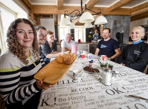 Nordnorsk gjestfrihet: Fra venstre: Ina Trælnes, Felix Butschek, Oscar Svensson, Torstein Trælnes Jordbru, Marina Trælnes, Janne Suhonen og Gemma Smith.