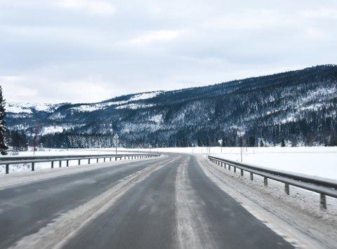 Avkjøringen fra nye E6 mot Røssvoll, noen kilometer nord for Reinforsheitunnelen,  kommer brått på.