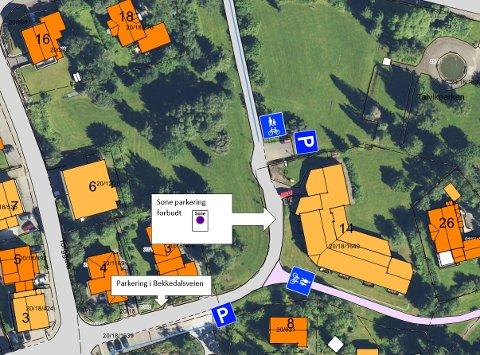 - Området på fremsiden av bosenteret ligger innenfor Sone parkering forbudt som er reguleringen inne i sentrum. Det betyr at det kun er tillatt å parkere der hvor det står at det er tillatt å parkere. Da må det stå et skilt som viser at parkering er tillatt.