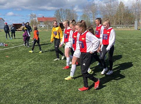 STOR OPPLEVELSE: Hemnes-jentene gjør seg klar til kamp på Herøy sist helg.