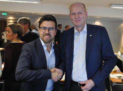 Christopher Wand (Hole, til venstre) gratulerer Anders Werp (Øvre Eiker) med tredjeplassen på listen til Buskerud Høyre.