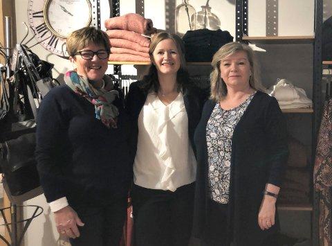 ROSA SLØYFE: Mona S. Andersen, Camilla Haugom og Britt Kongsmo fra Monas klær, Sko deg arrangerer mannekengoppvisning torsdag, der inntekten går til Brystkreftforeningen.
