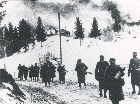 Harde kamper: Slik så det ut i Haugsbygd i april i 1940, da det raste harde kamper mellom norske og tyske soldater. Her er tyskerne på fremmarsj.