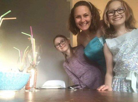 GLEDE: Elin, Emilie (10) og Aurora (10) inviterte til digital middagsfest for å spre glede i en ellers uvant tid.