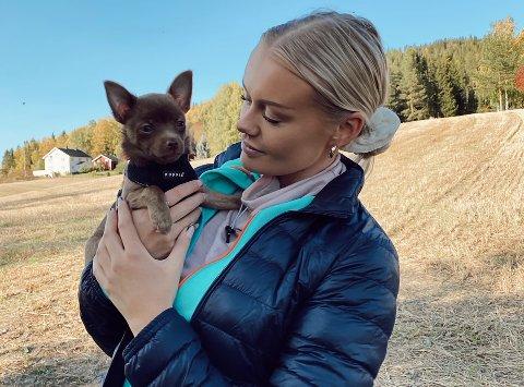 GODE VENNER: Lena Aaserud Johansen er veldig glad i hunden sin, Hailey, og selvsagt veldig fornøyd med at hun fikk støtte til å gjennomføre den nødvendige operasjonen.