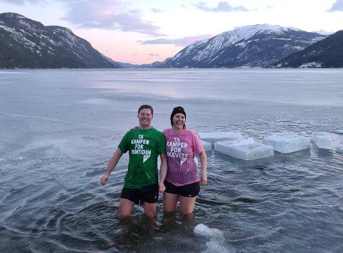 AKSJON: Tinn SVs Jørn Langeland, og Åshild Langeland tok en kjapp dukkert mot klimaendringer på torsdag.