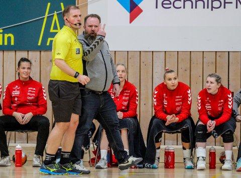 KLAR TALE: Daniel Birkelund leder onsdag Rælingen i bortekamp mot Tertnes. Her er treneren i aksjon mot Skrim Kongsberg tidligere i sesongen. FOTO: MARTIN HOLTERHUSET