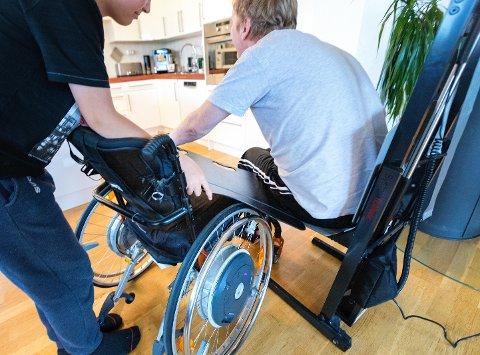 Nesna  20180915. Mann som blir hjulpet med en heis etter at han har falt ned fra rullestolen sin. Foto: NTB scanpix