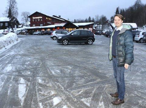 FRAMTIDSPARKERING: Grunneier Kjetil Stake utvider p-plassen rundt Sentrumsgården i Åros. – Vi bygger for framtiden, sier han.