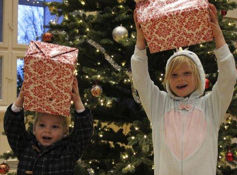 Gaver: Vil du være med å glede noen barn i jula? Disse barna var med og ga bort gaver på forrige arrangement.
