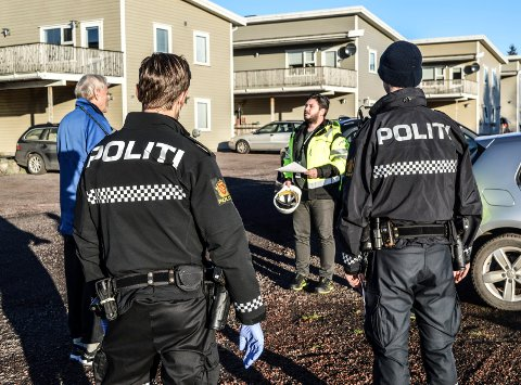 ASSISTANSE: To politimenn var tilkalt for å sørge for at kommunens stoppordre ble etterkommet. Her er utbygger Magne Hjeltnes (t.v.) i diskusjon med tilsynsleder Kristian Stangvik.