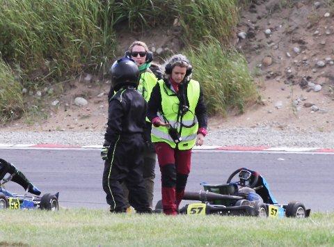 Kristina Kirkhus med rød bukse gleder seg over at det etter forholdene gikk bra. Her assisterer hun etter et mindre uhell to dager før den alvorlige ulykken på Reve.