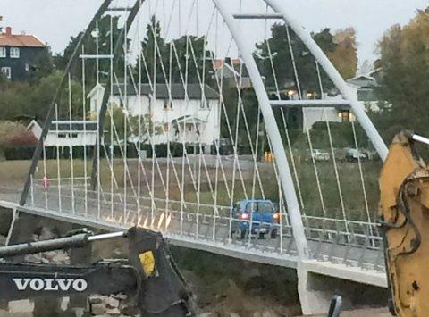 UØNSKET: Flere mopeder og denne bilen skal ha brukt gang- og sykkelbrua mellom Opsund og Hafslundsøy.