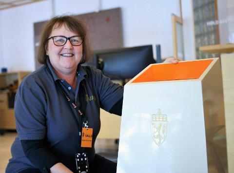 VIKTIG JOBB: Tone Kristin Korsgaard har en midlertidig arbeidskontrakt med Sarpsborg kommune. Under valget sørger hun for at de som forhåndsstemmer gjør det på en riktig måte.