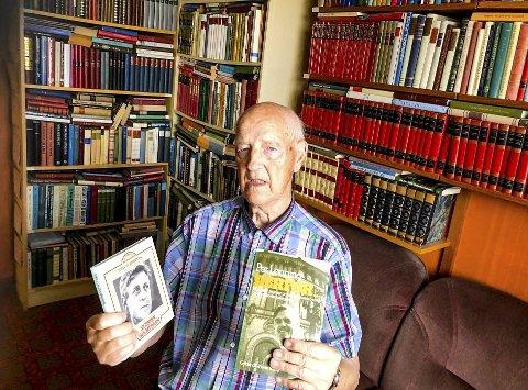 OMGITT AV BØKER: Veggene i arbeidsrommet er fylt opp med bøker, men Tor Linnerud finner lett fram. Han har oversikten. Her har han funnet fram en av de 23 bøkene han har av Per Lønning og boken om forfatter Sigbjørn Hølmebakk.