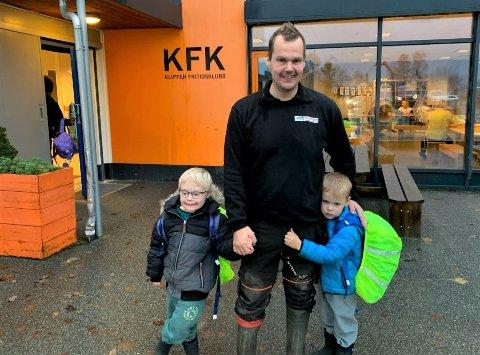 VIL IKKE BYTTE: Felix Mentzshel vil helst at sønnene Erwin (til venstre) og Loke skal fortsette på Klippen Fritidsklubb.