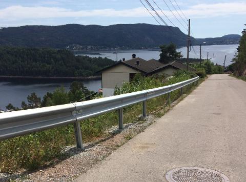 Det nye autovernet er drøyt 40 meter, og beskytter skolebarna fra den lange skråningen.