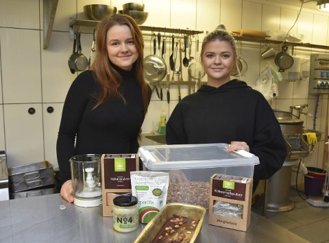 VEGANSK: Frida Auensen Tandberg og Camilla Oseberg har startet Back to nature AS, der de produserer plantebaserte energibarer, proteinbarer og kaker.