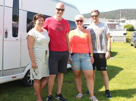 (F.v) Ingvild Øfsti (41), Vegard Breiseth (39), Gunn Iren Skogen (39) og Andreas Skogen (39) koser seg på Homannsberget Camping!