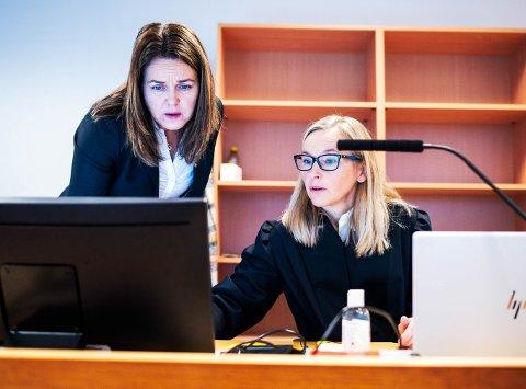 I RETTEN: Statsadvokat Vibeke Gjøslien Martins og bisitter Ann Iren Svane Mathiassen under rettssaken i Drammen tingrett. Mannen var tiltalt for flere nettovergrep mot flere barn.