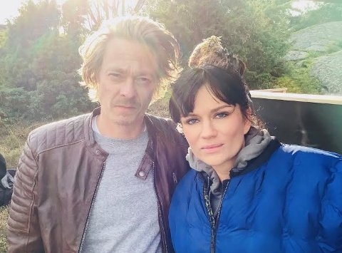 PÅ SETTET: Emilia Roosmann som spiller i den nye tv-serien Maskineriet sammen med Kristoffer Joner, er vokst opp i Skien og Langesund.