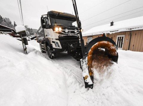 1 brøyter vei: Det legger seg godt med snø i veibanen når det snør hele natten, men plogen gjør vei i vellinga.
