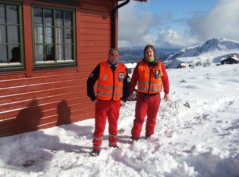 Disse to er blant mange som har vakt for Røde Kors i påska. Bildet er tatt fredag på Røde Kors-hytta på Sulafjellet. Foto: Røde Kors