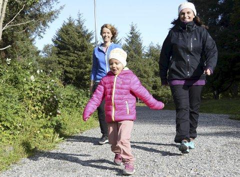 Løpformeg: Agnes Værø (foran), Elin Terese Gullstein (til venstre) og Randi Margrethe Værø håper flest mulig barn tar turen til Folkeparken søndag 8. september. Bildet er tatt i anledning fjorårets arrangement.