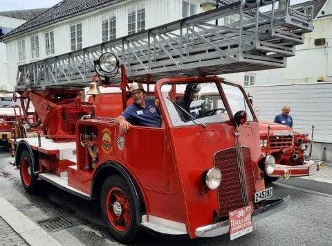 VETERANER: Her sitter Trygve Ellefsen og sjåfør Erik Storm-Olsen en stigebil fra 1937.