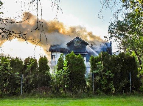 TOTALSKADD: Boligen i Idrettsveien på Eik er ubeboelig etter den kraftige brannen.