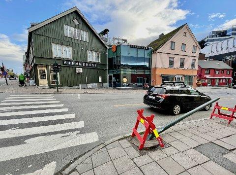 Slik ser lyskrysset ut i krysset Storgata/Strandskillet i Tromsø sentrum etter at en av lyskryss-stolpene har blitt påkjørt. Foto: Stian Saur