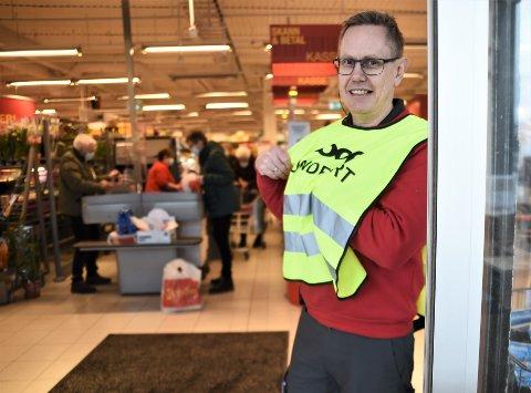 SKAL GJØRE JOBBEN ALENE NESTE GANG: Butikksjef Erling Ervik ved Extra Meråker arrangerte dugnad for å vaske, rydde og plante. Etter reaksjonene som har kommet har de ansatte som deltok fått etterbetalt, og sjefen varsler at han gjør jobben alene neste år.