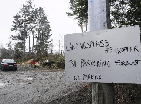 Parkering forbudt: Turgåeren hevder at han ikke la merke til dette skiltet da han parkerte. Han parkerte omtrent der denne bilen står. Arkivfoto
