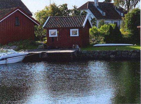 Lita brygge: Når denne brygga i Lillebukt ved Borøykilen nå må oppgraderes, ønsker huseier å bruke naturstein i stedet for betong. Kulturminnevernavdelingen i fylkeskommunen har nå uttalt seg om planene. Foto: Tvedestrand kommune