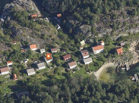 Skipperhus på Vestre Sandøya: Pila peker på huset som kjøperne mener er en fritidsbolig. Her har det ikke vært fast bosetting siden 1956. Eiendommen ble av selger kalt for Villa Maren, og ligger sjønært til i Østegårdsveien.