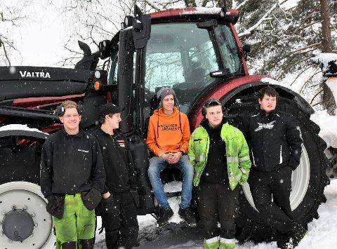 TRAKTORGUTTA: Sindre Nybråten (f.v.), Vebjørn Kvaal, Markus Lihagen, Johan Hyseth og Erik Kvam deler alle en brennende interesse for traktor. Det er de langt fra alene om i Valdres.