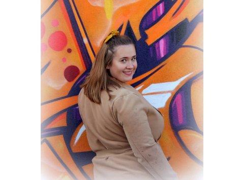 FLYTTER HJEM: Boligmarkedet har skapt utfordringer for Karianne Reiten Sveen (23), som skal flytte hjem til Valdres med familien sin.