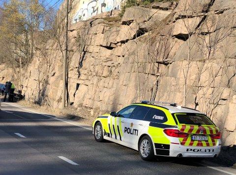 TRAFIKKULYKKE: Søndag kveld smalt det på Gjelleråsen da en personbil havnet over i feil kjørebane og traff fjellveggen.