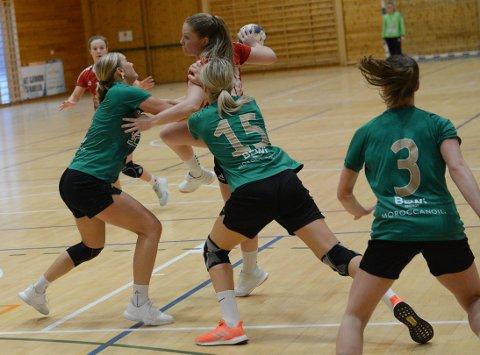 BLE STOPPET: Helene Gabrielsen endte på fem mål, men både hun og lagvenninnene slet med å komme gjennom Sverresborg-forsvaret midtveis i 2. omgang da kampen ble avgjort.