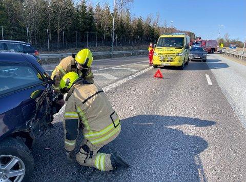 Tre biler har krasjet i hverandre på E6 ved Støkken trafikkstasjon, rett nord for Vestby.