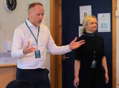 Finansrådgivere Geir Atle Teigen og Ann Kristin Bergersen fra DNB Follo/Drøbak stilte med et splitter nytt digitalt læringsverktøy hos elevene på Seiersten ungdomsskole i Drøbak.