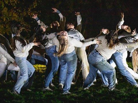 Vil du ha en opplevelse utenom det vanlige, tar du en tur til Standpromenaden på Flaskebekk på kvelden 16. oktober. Bildet er fra PSdans' forestilling på Stange tidligere i høst.