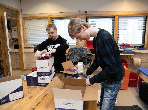 PAKKER TE: I dag har det kommet inn en parti te som skal pakkes om. Johannes Leirgul  (t.v) og Anders Aalerud trives godt med å jobbe sammen.