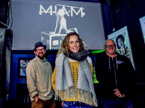 NY LÅT: Vokalist Marianne Sørensen Berg, alias MIAM, sammen med tekstforfatter Trond Nielsen (t.v.) og komponist Sindre Matre.