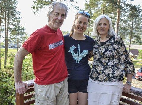 Hjemme: Det er alltid  godt å komme heim til foreldrene Liv Solemdal og Ketil Valde. Bildet er tatt i 2019.
