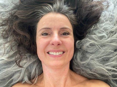GRÅ: Jenny Klinge spurte seg selv om det er lurt å farge håret for å skjule grå hår og å bruke botox for å skjule rynker i et forsøk på å holde seg mer aktuell.– Nei, mener jeg, det er heller helt feil, svarer Klinge på eget spørsmål.